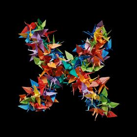 黒バックに折り紙の鶴で作った乗算記号