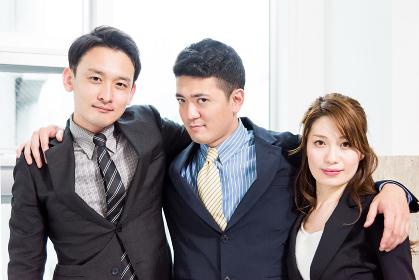 肩を組む3人のビジネスピープル