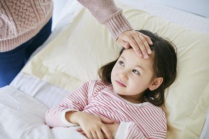 ベッドで安静にするハーフの子供