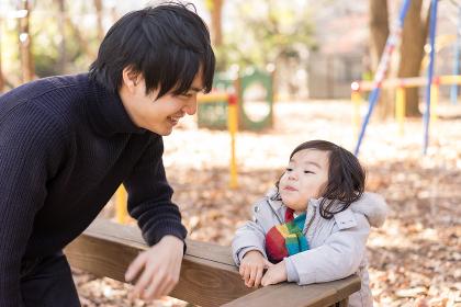 父と子(公園・自然な家族イメージ)