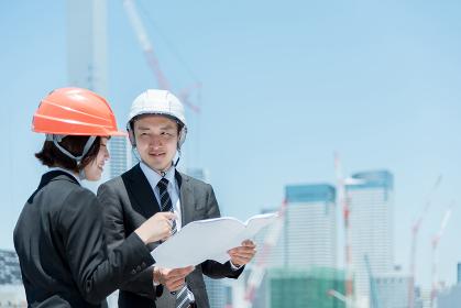 建設現場で働く人々