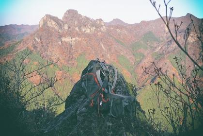 群馬県大屋山の展望岩でザックを下ろす…(秋/紅葉)