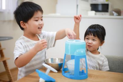 かき氷を作る子供たち