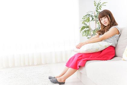 ソファで寝る若い女性