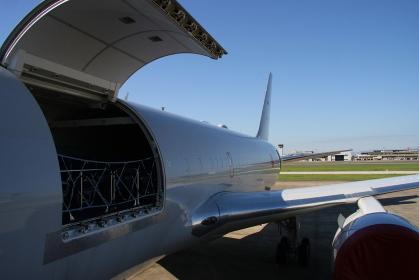 航空自衛隊のKC-767空中給油・輸送機タラップから(2010小牧基地航空祭)