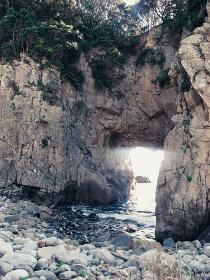 岩肌から覗く光る海
