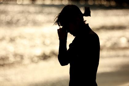 海岸で涙を流す女性