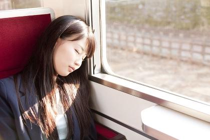 うたた寝をする女性