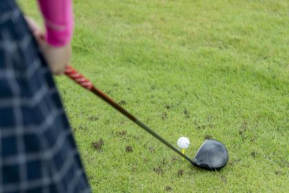 グランドゴルフを楽しむ女性