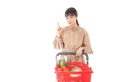 スーパーで指をさす若い女性