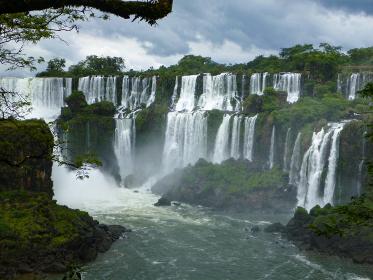 アルゼンチン・ブラジル国境エリアのイグアスの滝にて大小無数の滝と滝壺