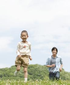 笑顔で走る女の子と父親