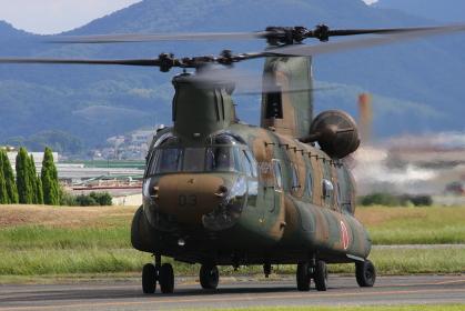 陸上自衛隊のCH-47チヌーク輸送ヘリコプター