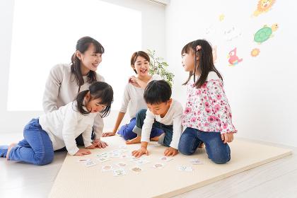 英語教室でカルタをする子どもたち