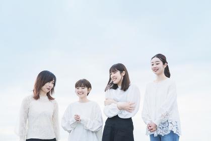 笑顔で話す女性4人