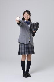 野球ボールを持つ女子中学生
