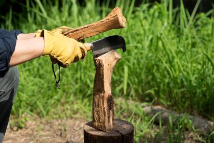 キャンプ 薪割り