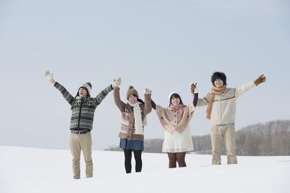 雪原で手をつなぐ大学生