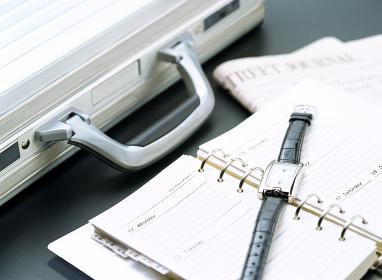 アタッシュケースと腕時計と新聞