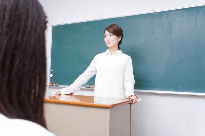 学校で授業をする教師
