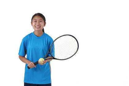 テニスラケットを持つ日本人中学生