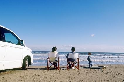 海岸で寛ぐ家族