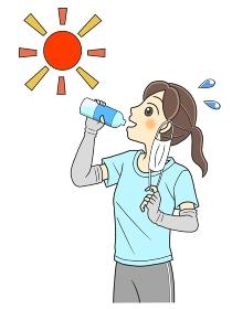 屋外でマスクをはずして水分補給するTシャツの若い女性