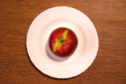 皿の上のリンゴ 1