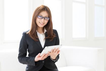女性 ビジネス タブレット