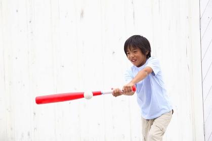 バットを振る少年