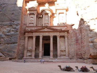 ヨルダン・ペトラ遺跡にてバラ色のエルハズネ宝物殿の正面横位置