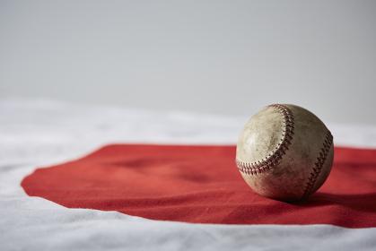 日本国旗と野球のボール