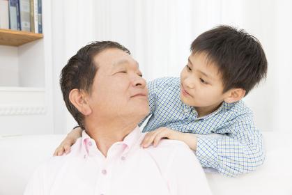 肩たたきをする祖父と孫