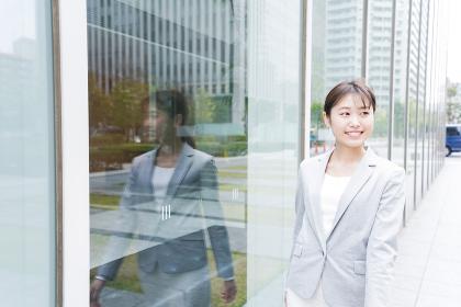 オフィス街を歩く若いビジネスウーマン