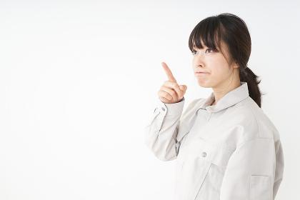 作業服で安全確認をする若い女性