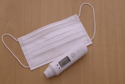 不織布マスクと電子体温計