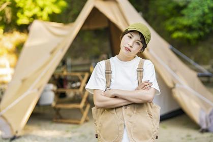 マイナスの感情をあらわにするソロキャンプをする女性