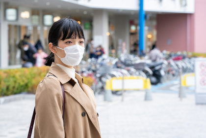 ショッピングモールでマスクをする女性