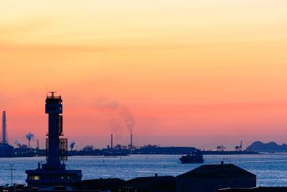 美しい夕暮れの関門海峡を望む街並み(福岡県北九州市)