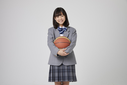 バスケットボールを持つ女子中学生