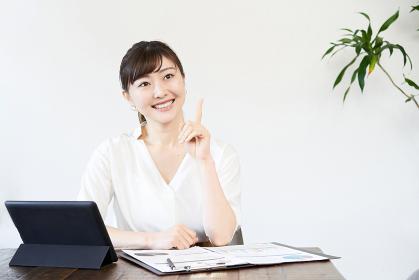 仕事でアイデアを出すアジア人ビジネスウーマン