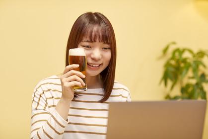 オンライン飲み会をする若い女性
