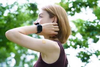 ワクチン接種を終えて、パッチが貼られた女性の腕