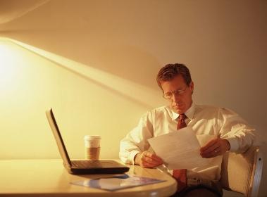書類を読むビジネスマン