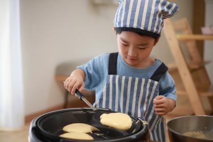 ホットケーキを焼く男の子