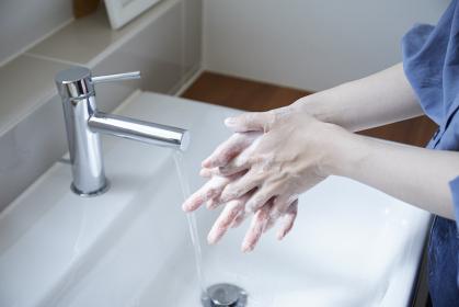 手洗いをする若い日本人女性