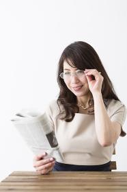 新聞を読むミドル女性