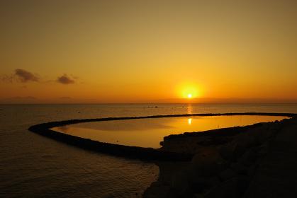 伝統漁法「スクイ」漁の漁場に映る朝日