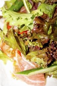 ドレッシングをかけた野菜サラダ