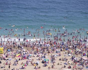 海水浴にきた人々